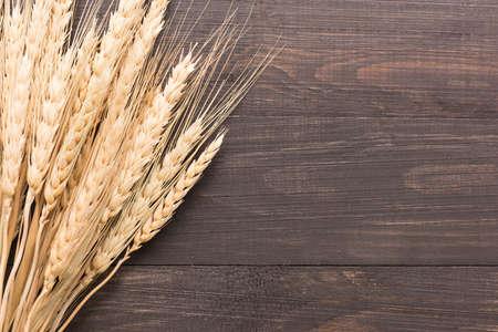 cosecha de trigo: Oídos del trigo en el fondo de madera. Vista superior. Foto de archivo