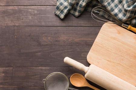 utensili da cucina in legno e tovagliolo sul fondo in legno.
