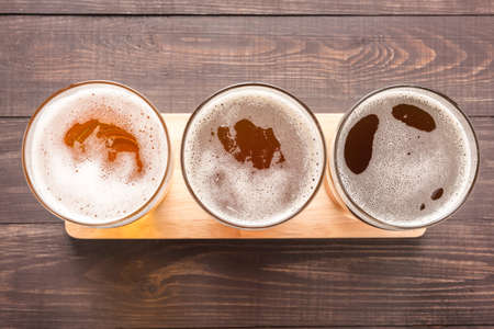 cerveza: Surtido de jarras de cerveza en un fondo de madera. Vista superior. Foto de archivo