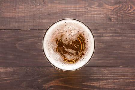 glas bier op een houten achtergrond. Bovenaanzicht. Stockfoto