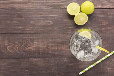 Frisse cocktail met soda, kalk op een houten achtergrond. Stockfoto