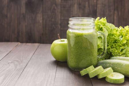 Verduras saludables y batido de fruta verde en mesa de madera rústica. Foto de archivo - 46644172