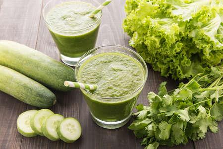 Gezonde groene groenten smoothie op rustieke houten tafel.