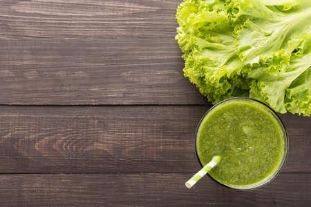 vaso de jugo: Verduras saludables smoothie en la mesa de madera rústica.