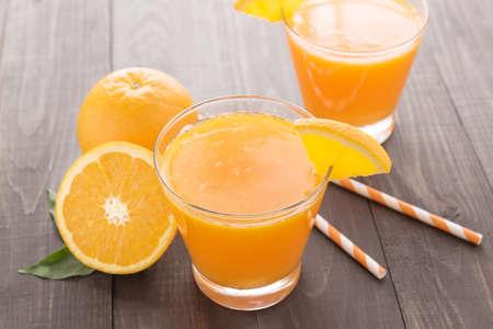 신선한 오렌지 주스와 나무 테이블에 오렌지. 스톡 콘텐츠