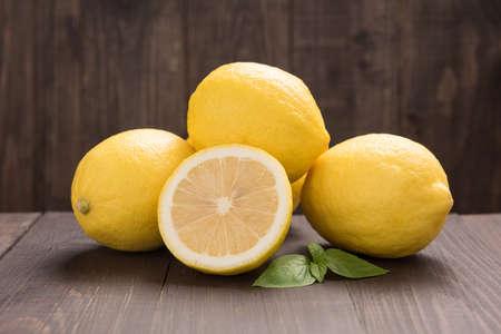 나무 테이블에 신선한 슬라이스 레몬.
