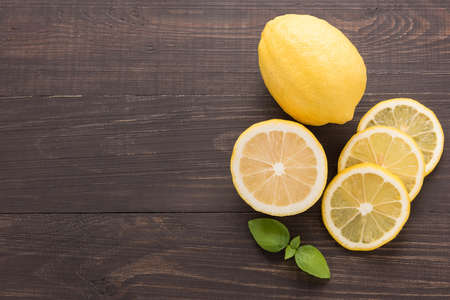 Fresh slice lemon on the wooden background. Standard-Bild