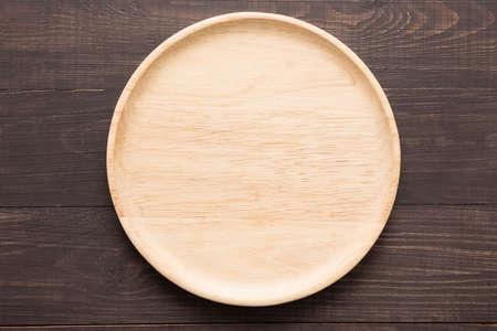 나무 배경에 나무 접시. 평면도.