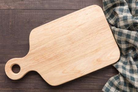 Snijplank met servet op houten achtergrond.
