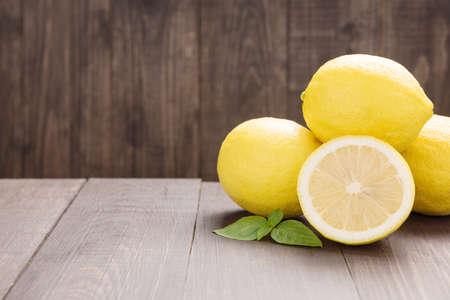 Verse schijfje citroen op de houten tafel. Stockfoto