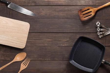 木製の背景で vaus キッチン用品調理器具。