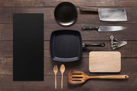 gospodarstwo domowe: Różne naczynia kuchenne na drewnianych tle.