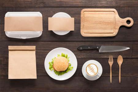bolsa de pan: Concepto de diseño de la marca de hamburguesas maqueta situado en el fondo de madera. Espacio para el texto.