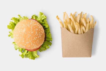 papas fritas: Concepto de maqueta hamburguesa y patatas fritas en el fondo blanco.