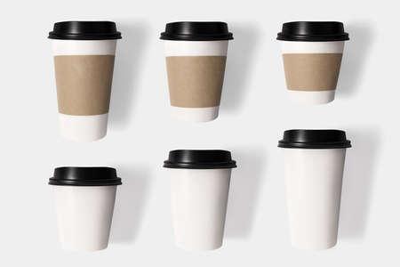 tazas de cafe: Concepto de diseño de la taza de café maqueta establecido en aislados sobre fondo blanco. Foto de archivo