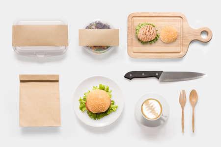 Concept van mockup hamburger, salade en koffiekop die op witte achtergrond. Kopiëren ruimte voor tekst en logo. Clipping Path opgenomen op een witte achtergrond.