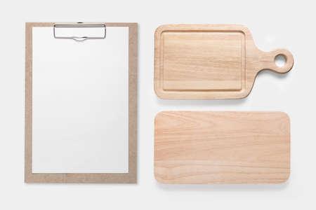 Ontwerp concept van mockup clip board en snijplank set geïsoleerd op een witte achtergrond. Stockfoto