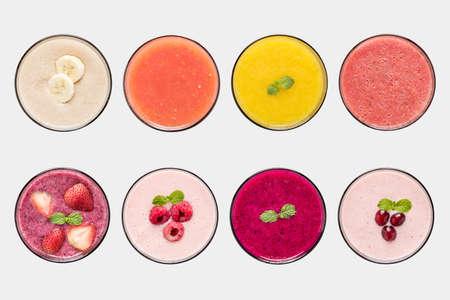 Mockup fruit smoothie en vruchtensap set geïsoleerd op een witte achtergrond.