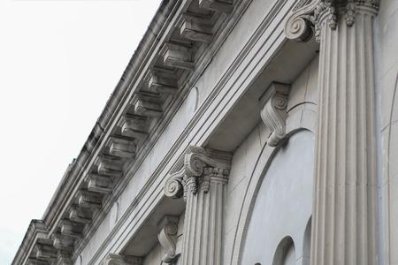 Façade classique de bâtiment de colonne de toit vue inclinée de la rue Banque d'images