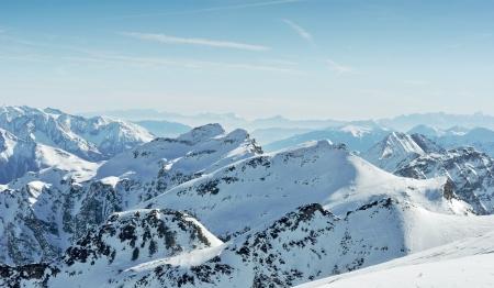 montañas nevadas: las montañas de invierno Foto de archivo
