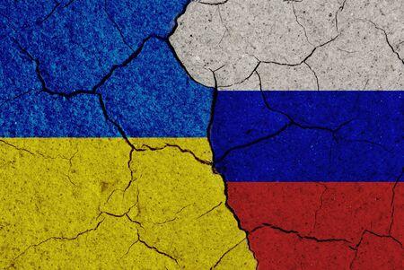 conflict: Ucrania frente al concepto de rusia. Banderas agrietados.