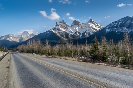 Road and Three Sisters mountains, adventure and travel. Canmore, Canada Stok Fotoğraf
