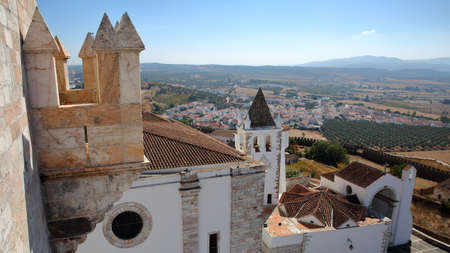 ESTREMOZ, PORTUGAL: View from the Tower of the Three Crowns (Torre das Tres Coroas)  with the Santa Maria Church in the foreground Standard-Bild