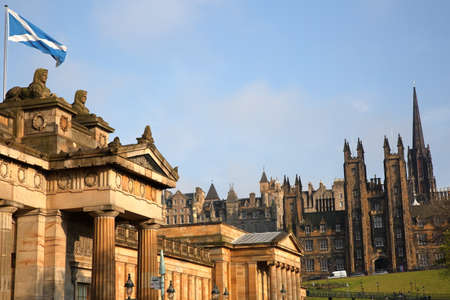 EDINBURGH, SCOTLAND: The Scottish National Gallery with The Assembly Hall in the background Standard-Bild