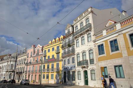 LISSABON, PORTUGAL - 4. NOVEMBER 2017: Bunte Fassaden am wirklichen Quadrat Principe in Bairro-Alt-Nachbarschaft Standard-Bild - 90641919