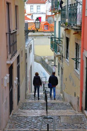 LISSABON, PORTUGAL - 2. NOVEMBER 2017: schmale und bunte Straße in Alfama-Nachbarschaft mit Kopfsteintreppe Standard-Bild - 90641937