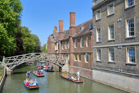 CAMBRIDGE, UK - MAY 6, 2018: Wooden Mathematical Bridge at Queens College University with tourists and students punting on the river Cam 報道画像