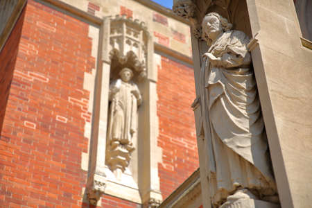 CAMBRIDGE, UK - MAY 6, 2018: Close-up on statues at Old Divinity School, St Johns College University 에디토리얼