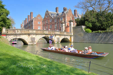 CAMBRIDGE, UK - MAY 6, 2018: Tourists and students punting on the river Cam at St Johns College University 報道画像