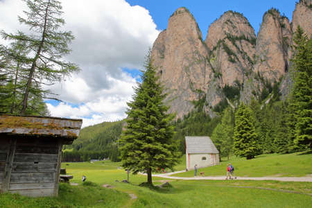 VAL GARDENA, ITALY - JUNE 25, 2018: S. Silvestro Chapel along Vallunga Valley above Selva with Mount Stevia in the background Editoriali