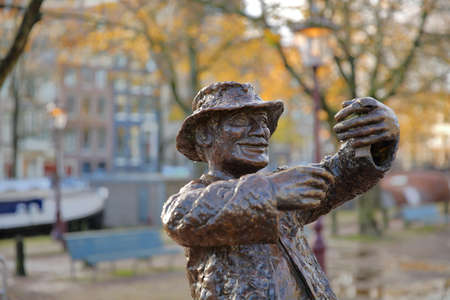 AMSTERDAM, NETHERLANDS - NOVEMBER 19, 2019: Close-up on the statue of Koka Dorus (1977) designed by Erica van Eeghen and located in a square at the junction between Prinsengracht Canal and Reguliersgracht Canal Standard-Bild - 139139344