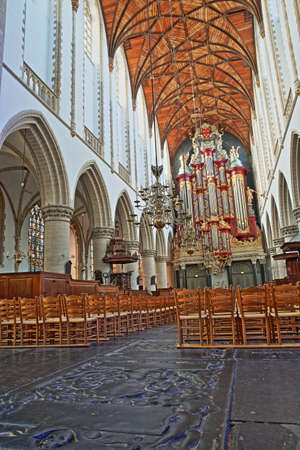 HAARLEM, NETHERLANDS - NOVEMBER 29, 2019: The interior of St Bavokerk Church, with a wooden vaulted ceiling, the organ (built by Christian Muller in 1738) and gravestones in the foreground Standard-Bild - 139139376