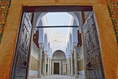 KAIROUAN, TUNISIA - DECEMBER 10, 2019: The Abou Zamaa Zaouia (Barber's mosque or Sidi Sahbi mosque), with colorful tiles, columns and arcades Standard-Bild - 141072896