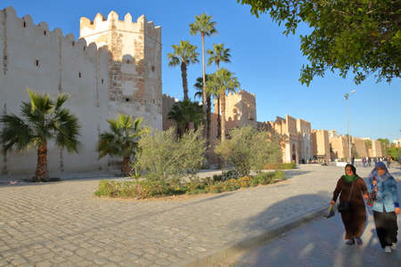 SFAX, TUNISIA - DECEMBER 22, 2019: The impressive ramparts of the medina surrounded by a large cobbled walkway Standard-Bild - 141073455