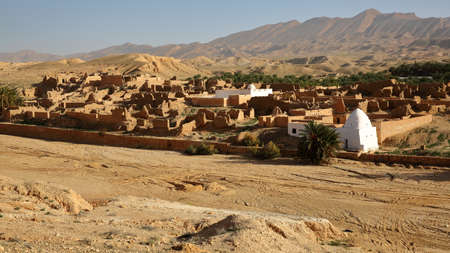 The ruins of the abandoned village of Tamerza near Nefta, Tunisia, with a desert landscape Standard-Bild