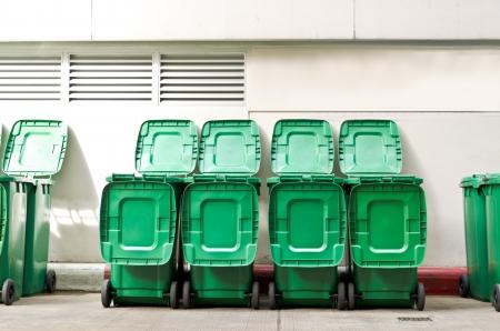botes de basura: grandes latas de basura cubo de basura verde con ruedas