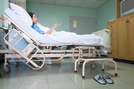 paciente en camilla: Paciente en la camilla y viendo la televisión en la habitación del hospital. Foto de archivo