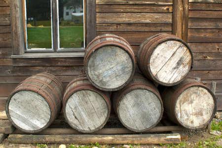파이어 니어 목재 통나무 집 XIX 세기 앞에 쌓여있는 나무 barrells