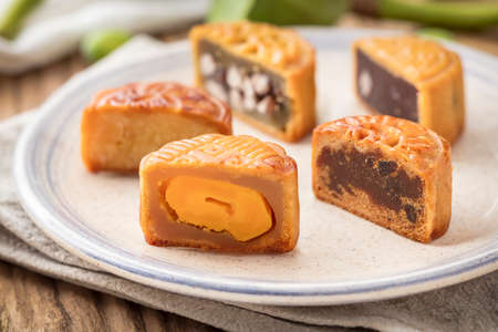 Mooncake on a plate. A traditional Chinese food for Mid-autumn festival Imagens - 83948842
