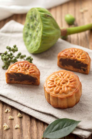 布の上の月餅。月餅は、中秋節の伝統的な中華料理の種類