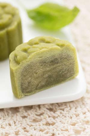美味しい月餅、テーブルに中秋節の伝統的な中国のスナック菓子の一種。 写真素材