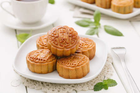 Delicious Mooncake, a kind of traditional Chinese Snack for Mid-Autumn Festival on the Table. 版權商用圖片 - 85161256