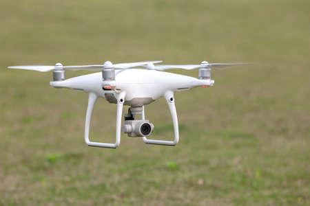 Die Ansicht eines weißen luftfotografischen UAV in der Luft