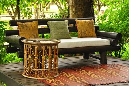 muebles de madera: Relajarse en una sala de estar de estilo tailand�s, villa rural