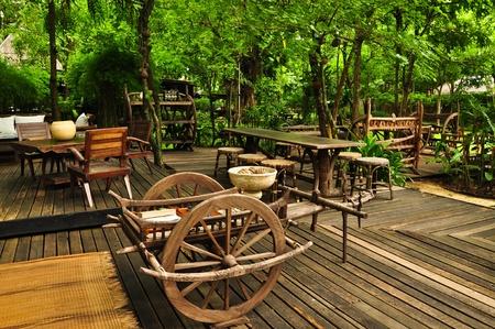 Relajarse en una sala de estar de estilo tailandés, villa rural