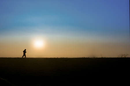 霧冬朝早く起きた。私はいくつかの素敵な面白い写真を撮るに熱心だった。家から遠くまで行く必要はなかった。朝の気分のいくつかのショットを撮った後、この孤独なジョガーは私のフレームに入った。速かったし、写真を撮った。おかげで、l
